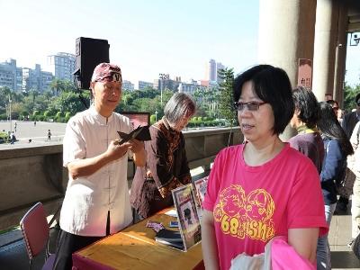 國寶級剪紙大師陳茂泉俐落地為百位民眾剪影,每張都唯妙唯肖。