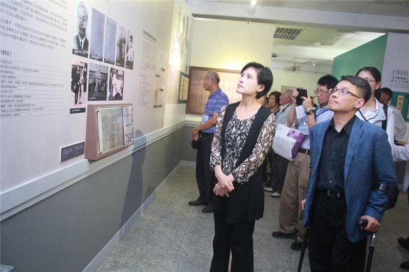 國家人權博物館籌備處主任(右)陪同鄭麗君部長及受難者長輩,仔細參觀白恐受難醫師特展。
