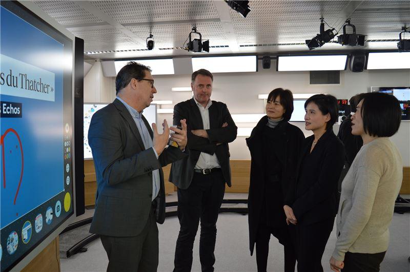 「法國國營電視集團」新聞電視台主任Germain Dagognet  先生向鄭部長介紹法國新聞台內部規劃。