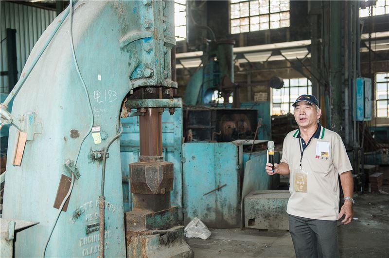 志工導覽「鍛冶工場」--負責鍛件製造、鋼件熱處理、以及彈簧修製試驗等工作。