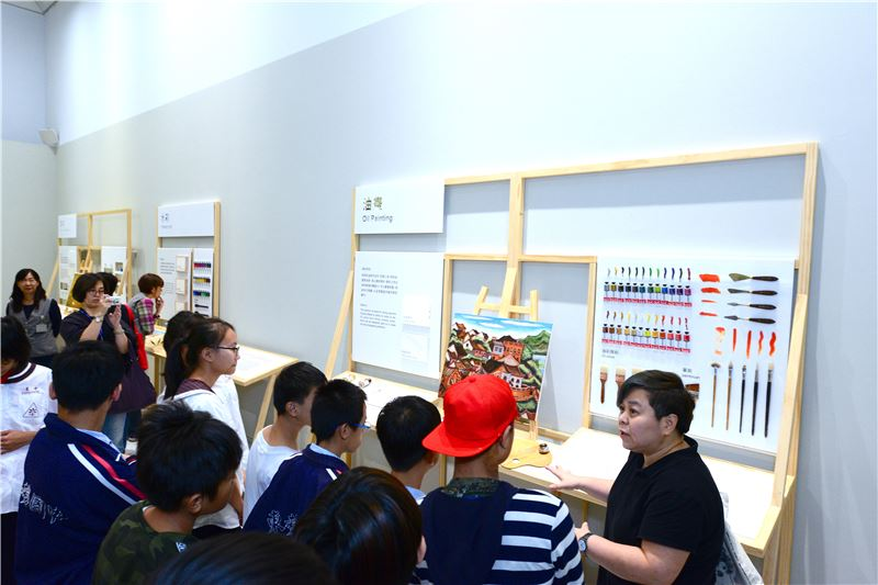 臺中市偏遠學校的特教資源班學生參觀「聚合●綻放─臺灣美術團體與美術發展」常設展的教育推廣區。(照片) 該區陳列著各類美術創作的工具材料,讓特教生在觀賞展覽作品的同時,對其創作媒材也能有更進一步的認識。