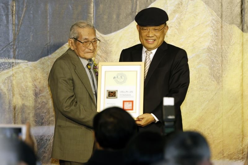 行政院長蘇貞昌(右)頒發王清霜老師典藏之寶證書