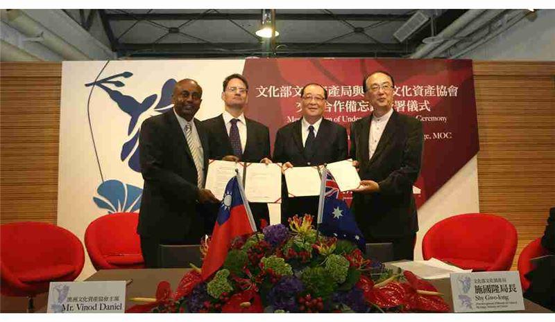 與會者合照(由左至右:澳洲文化資產協會AusHeritage主席Vinod Daniel、澳洲辦事處黃理克副代表、文化部洪孟啟部長、文化部文化資產局施國隆局長)