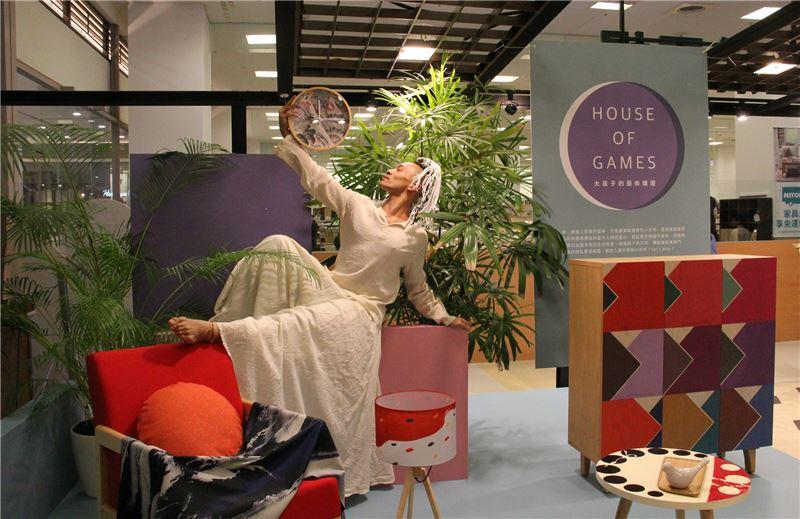舞蹈家張逸君演繹「House_of_Games-大孩子的藝術嬉遊」系列家飾