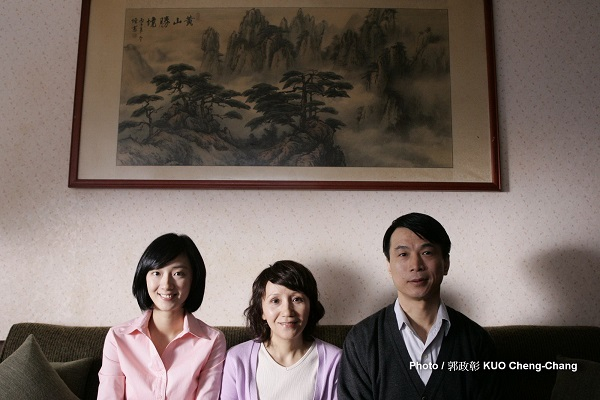 "During a peaceful weekend in Taipei, a French TV crew unexpectedly visits a Taiwanese family of three, claiming to shoot a reality show that aims to find ""the most interesting family of the world."""