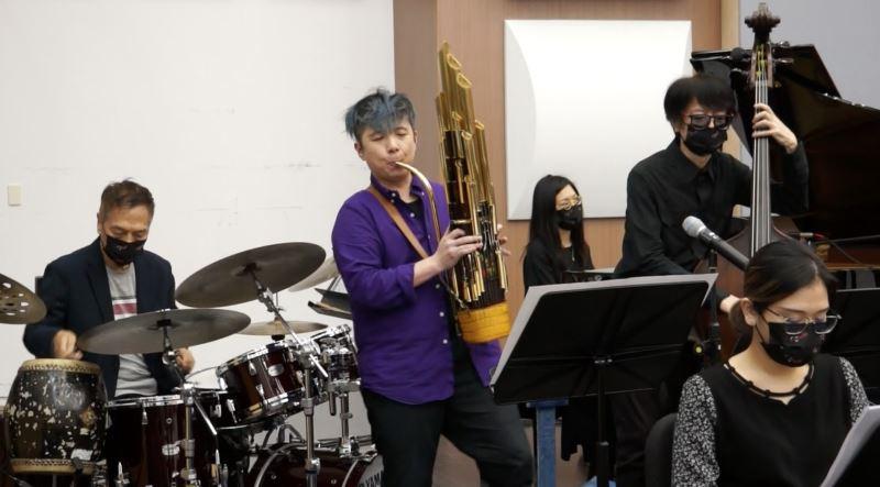爵士金三角搭配臺灣國樂團笙演奏家陳麒米,演奏爵士風格的臺灣民謠。