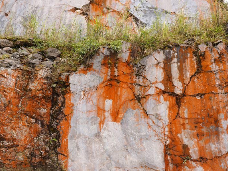 看到瑞欣礦區巨大的山體被機具切割成階梯狀的地景後,林介文意識到自己該做些什麼。(蕭秩瑄攝)
