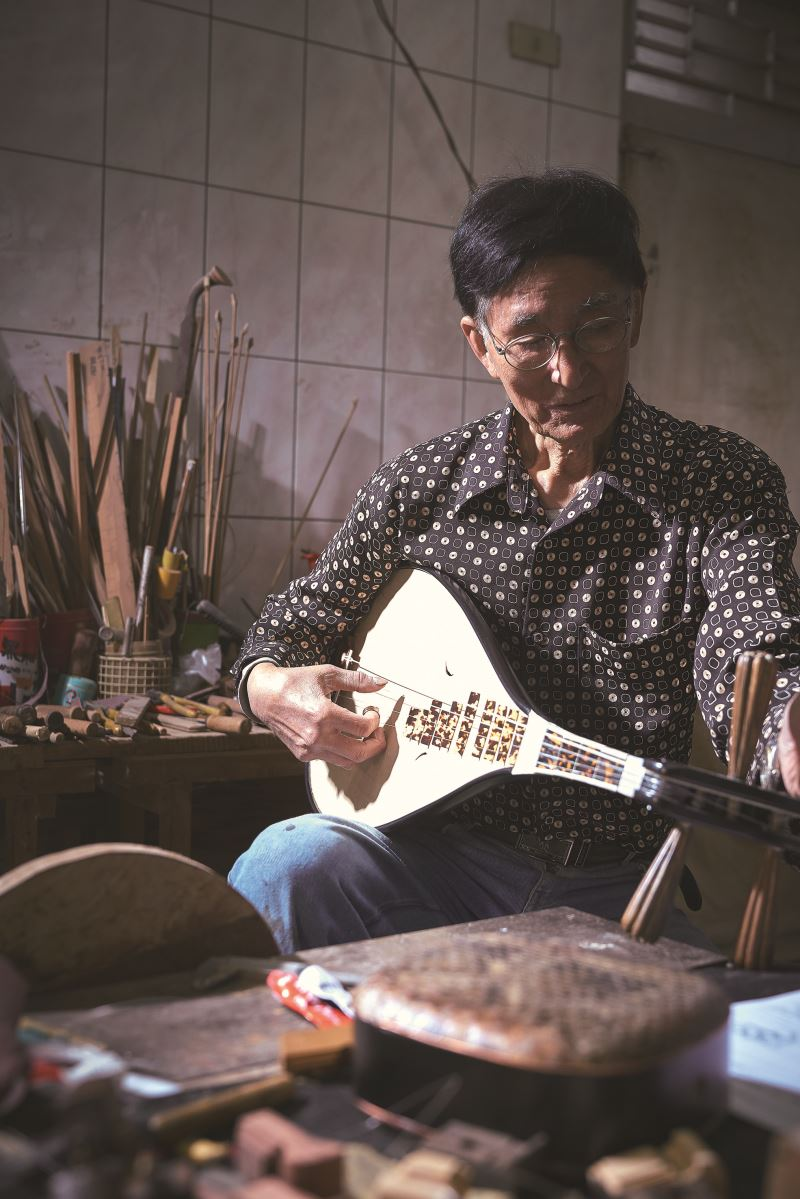 75歲的陳逢南談起南管音樂,是數十載的情感。