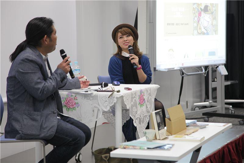 主持人天野健太郎與彎彎進行講座