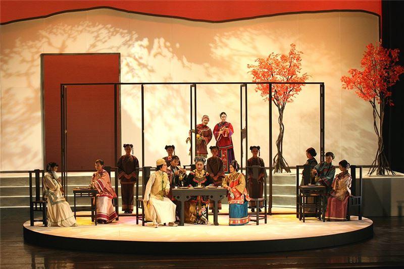 《劉姥姥:紅樓夢》演出照片。(王海玲飾劉姥姥、朱海珊飾賈母、蕭揚玲飾王熙鳳)(2006)