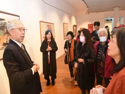 梁永斐館長與藝術家共同參觀「台灣女性藝術家的逸仙足跡典藏展」展覽