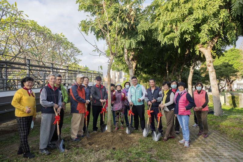 國美館梁永斐館長(左6)與參與植樹代表合影