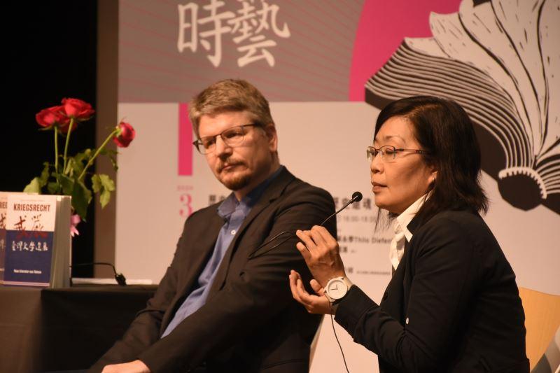 德國作家Thilo Diefenbach(左)與彰師大美術系教授吳介祥共同辯證文學與轉型正義