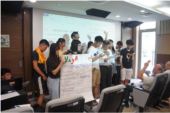 學員在專輯成果發表時,邀請陳欽生前輩一起歌唱