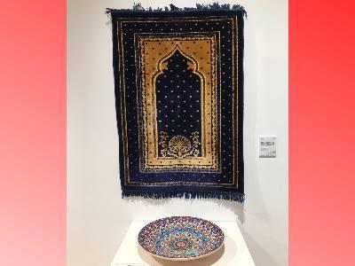 《拜毯》穆斯林每天五次面對麥加做禮拜之用品,其裝飾包含花紋、拱門及麥地那聖寺的圖案,凸顯出濃厚的伊斯蘭文化特色。《裝飾盤》幾何圖形及對稱為元素,是伊斯蘭視覺藝術最具特色表現。
