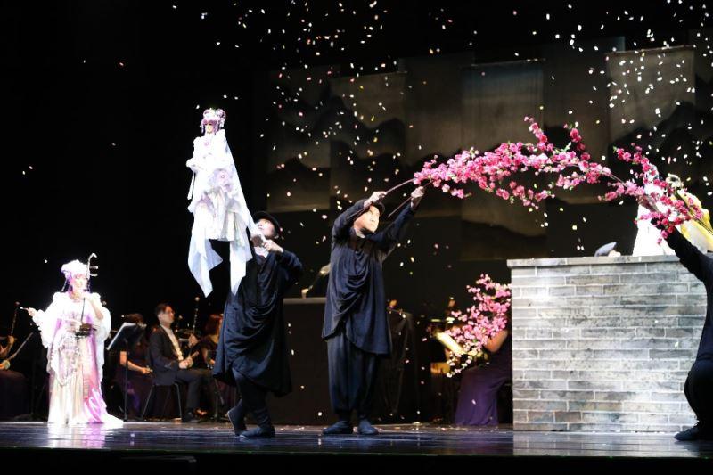 真人與戲偶的奇幻交織帶給觀眾震撼體驗。