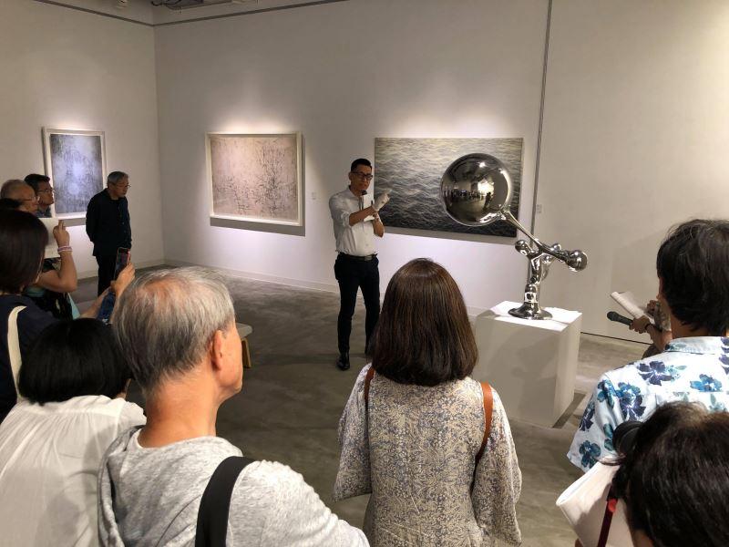 座談會主持人王俊傑教授進行展覽導賞
