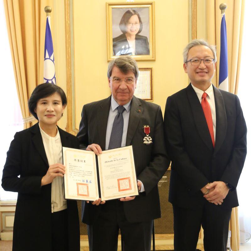 文化獎章頒獎典禮由鄭麗君部長及駐法大使吳志中共同主持,法蘭西學院院長達恪斯(中)代表六位獲頒文化獎章的受獎者致謝詞。