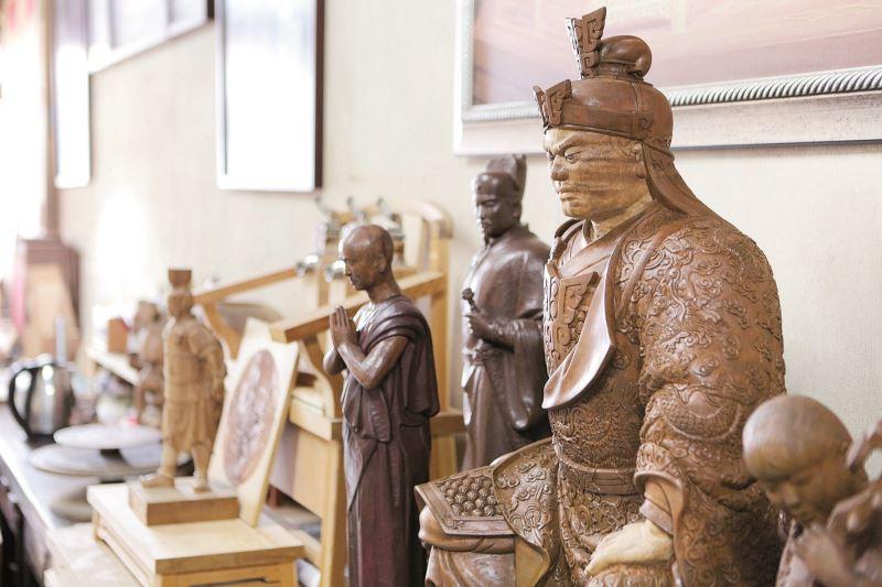 工作室一隅擺放陳啟村的木雕作品。