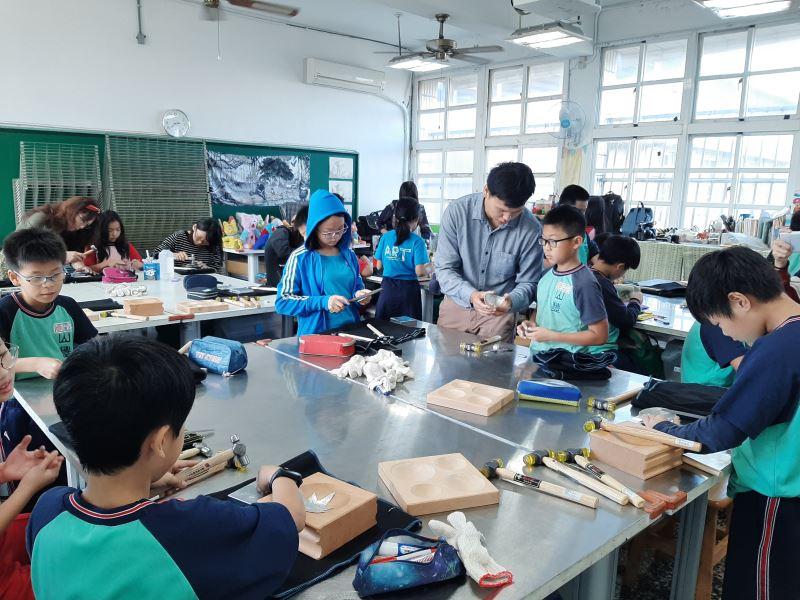 08-錫工藝李瑋老師指導同學錫的鍛敲技法。
