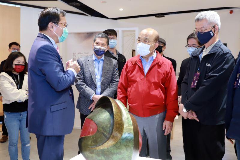工藝中心主任許耿修(左)介紹百藝芳華2020臺灣工藝大展