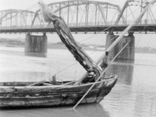 〈淡水河〉拍攝一對母子到淡水河畔遊玩,呈現淡水河沿岸與大稻埕碼頭各種風貌;