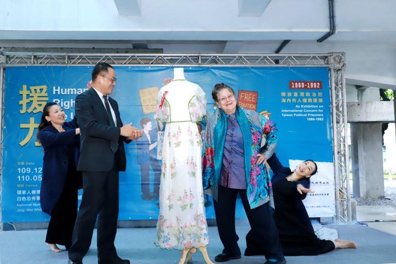 文化部次長彭俊亨(左)、人權救援者艾琳達(右)合照,中間為艾琳達當年結婚禮服