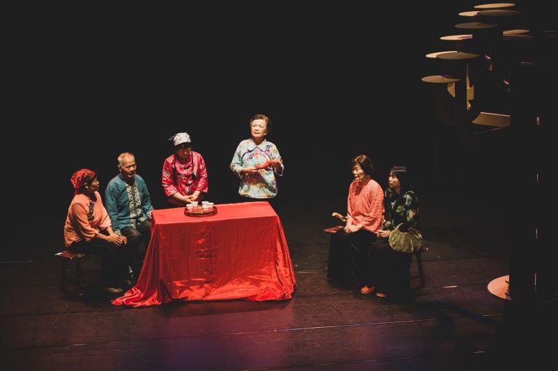 滿州民謠結業藝生張碧英(左3)、張錦桂(左4)演唱牛母伴