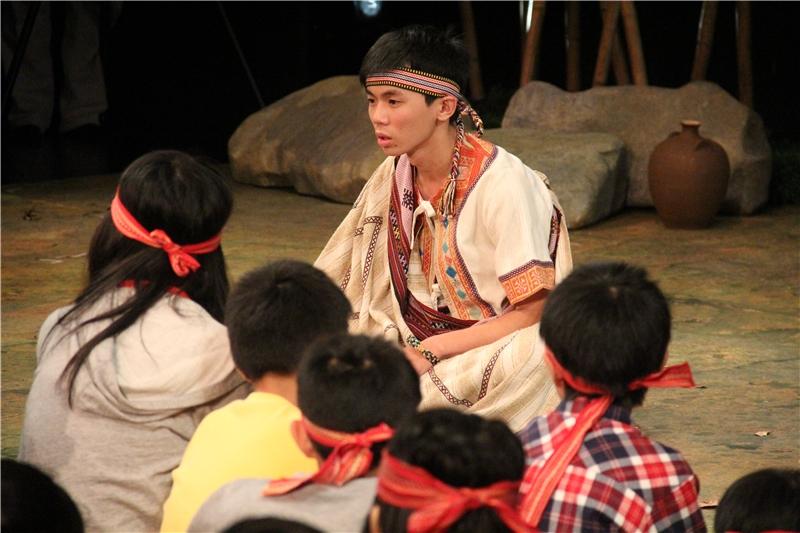 彩虹橋:瓦歷斯夾在接受日本人教育的老師瓦旦與堅持維護傳統的父親比浩之間,面臨究竟要不要紋面的兩難,他請觀眾為他提供建議,幫助他做出決定。