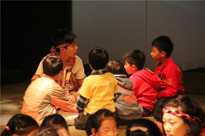 彩虹橋:劇中扮演瓦歷斯的演教員引導觀眾討論、提供意見,參與劇中人的決定。
