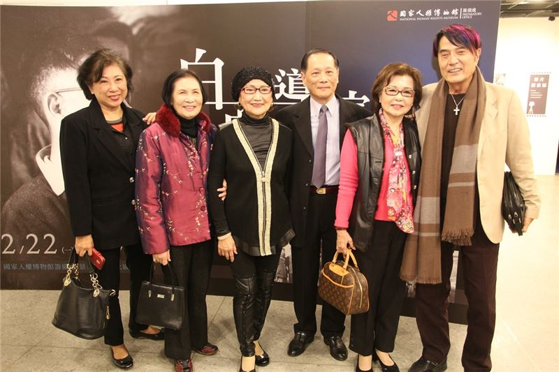 《瘋女十八年》女主角小艷秋(左3)等電影人與白克公子白崇光先生(中)共同合影