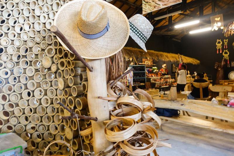 工坊內可以看到各種自然材質的裝置藝術