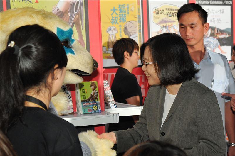 蔡總統稱讚單元漫畫獎入圍作品角色狐獴大叔十分可愛。