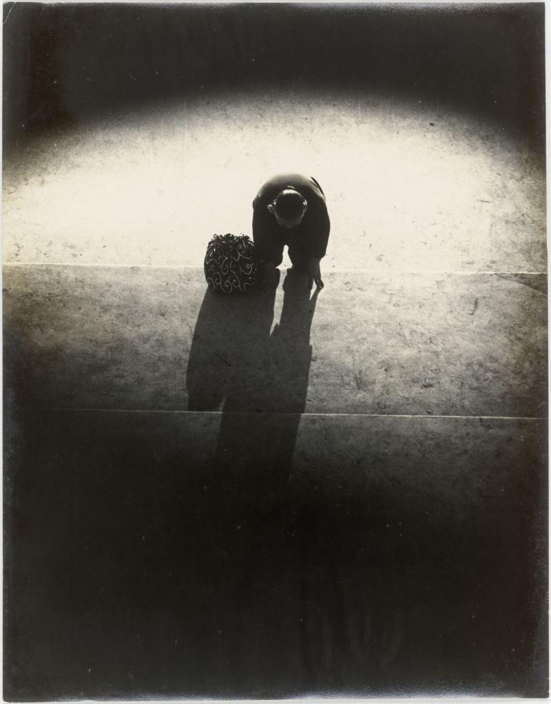 鄭桑溪,〈信徒〉,1963,明膠銀鹽相片,_44.5_×_34_cm,國家攝影文化中心典藏