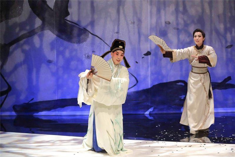 《亂紅》獲第11屆台新藝術獎評審團特別獎。崑曲小生楊汗如與歌仔戲小生李佩穎分飾明朝與清朝的侯方域。