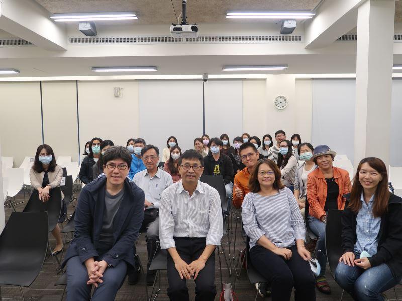 20201022brownbag課程#遊客中心2樓-人權館館長陳俊宏(首排左二)、講師馬世芳(首排左一)與同仁合影