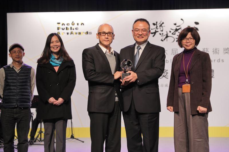 文化部次長蕭宗煌(右二)頒發獎座予卓越獎得獎主─國立海洋科技博物館