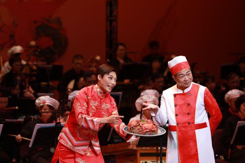 圖12:臺灣的辦桌菜,也有順序、也有講究,圖為總舖師與新郎在介紹第五碗菜:米糕蒸紅蟳。