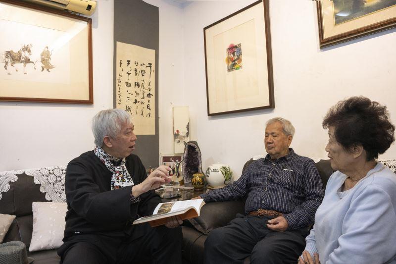 藝術家倪朝龍(中)與梁館長永斐(左)互相交流對於國美館之於資深藝術家之看法
