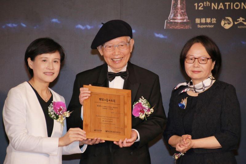 文化部長鄭麗君頒發得獎證書予2018年國家工藝成就獎得主孫超