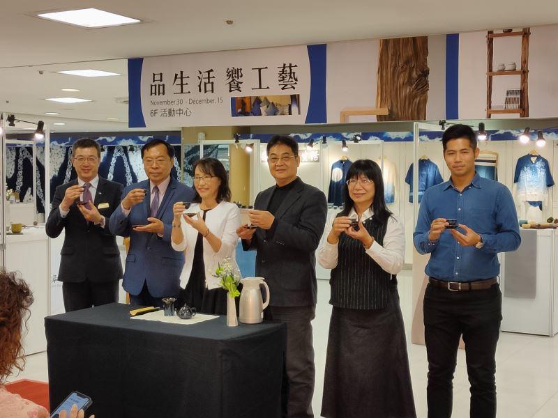 大遠百許俊明店長(左一)及工藝中心許耿修主任(左二)共同主持展覽開幕儀式