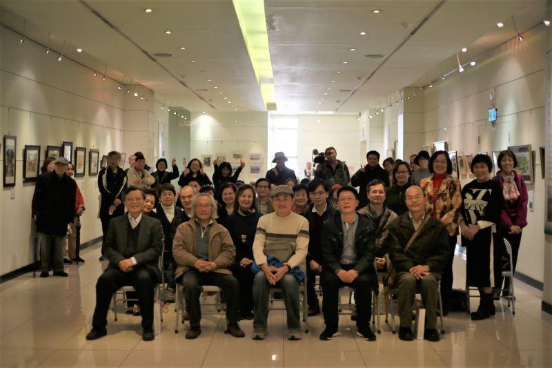 國立新竹生活美學館高平洲館長(第一排右二)與展出藝術家及貴賓合影