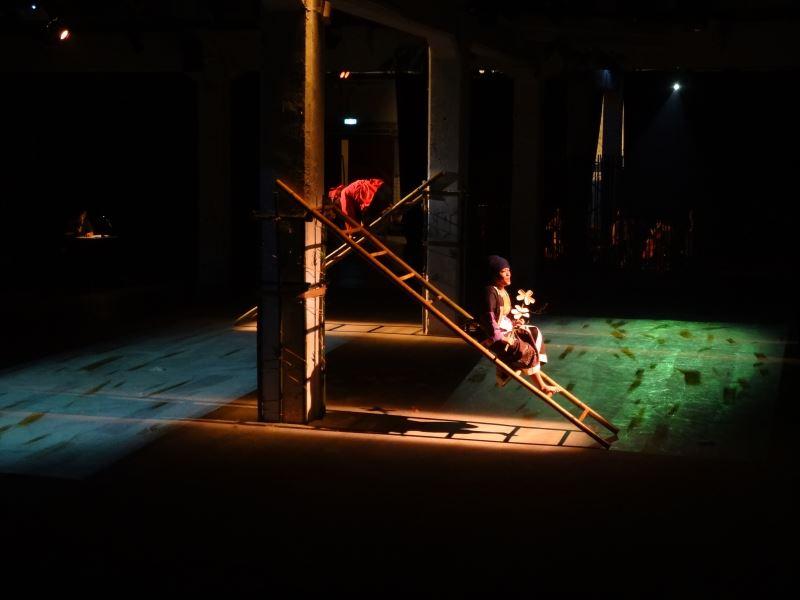 陳瓊珠在原舞者《迴夢Lalaksu》中使用傳統戲曲「一桌二椅」的概念,以共通的元素「竹子」型態上的不同,來象徵不同場景、領域。
