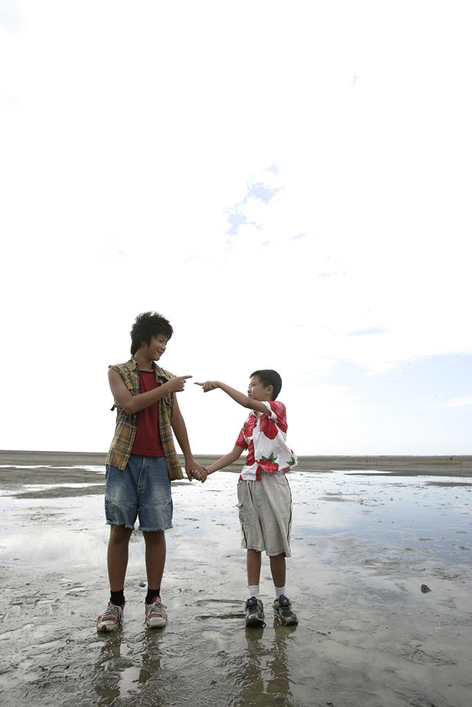 二號的父親是精神病患遊民,住在城市邊緣河岸上的違章建築。