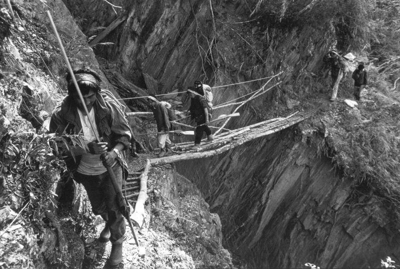 2-2_通往獵場的路徑往往遙遠而艱辛,途中常常需要沿著超過七十度的岩壁和碎石坡而行。金成財《寂靜的槍聲》系列作品。