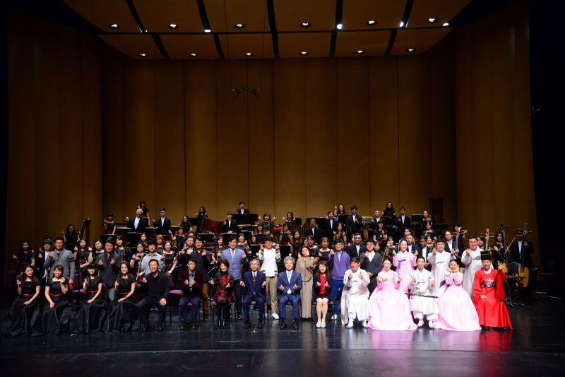 記者會現場照片2:國立傳統藝術中心臺灣國樂團與韓國國立國樂院演職人員全體合影。