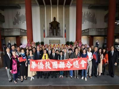 華僑社團向國父行禮致意。