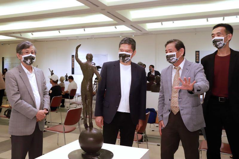 雕塑家蒲浩明(左1)、蒲添生雕塑紀念館館長蒲浩志(左3)在國父紀念館館長王蘭生(右1)陪同下,為文化部長李永得(左2)導覽蒲添生110雕塑紀念展