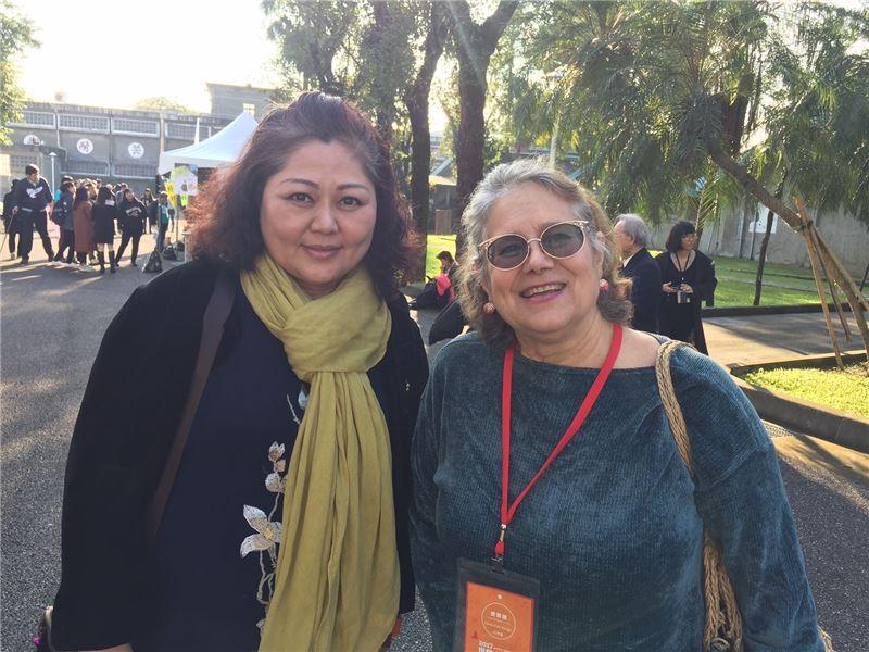 人權鬥士艾琳達女士(右)親臨景美園區人權日活動現場,與臺灣性平教育推動者孫瑞穗老師合影