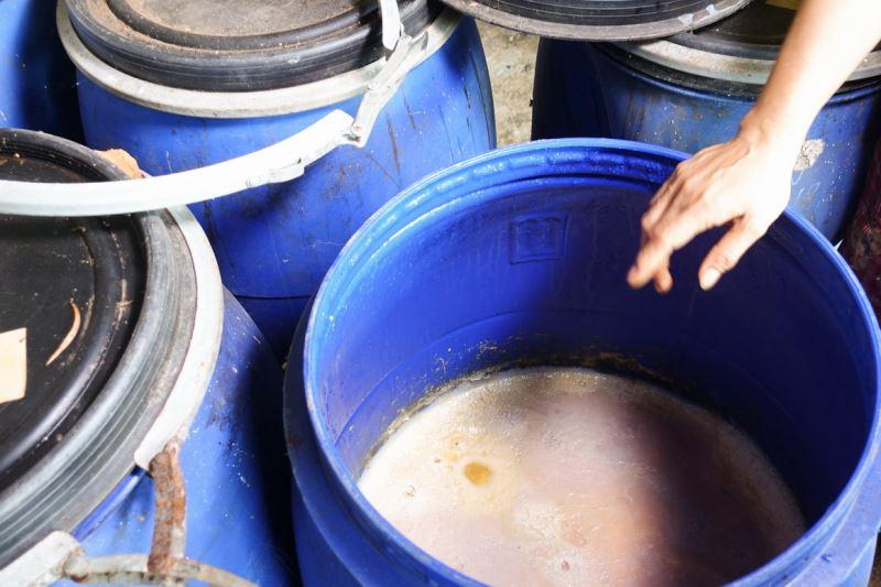 發酵後的柿汁即為柿染原料